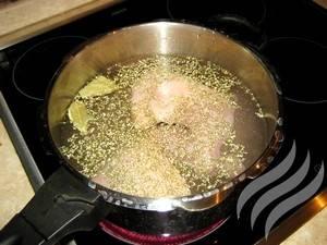 Сварите курицу в бульоне с ароматными кореньями. Отварите рис в  подсоленной воде.