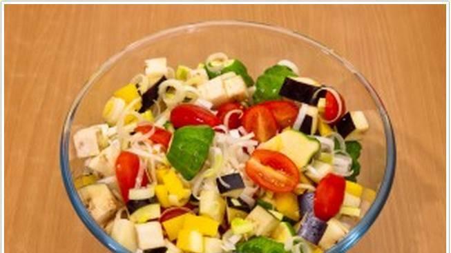 1. Итак, все овощи измельчаем (патиссоны и помидоры можно резать крупно, а лук - полукольцами), и смешаем между собой.
