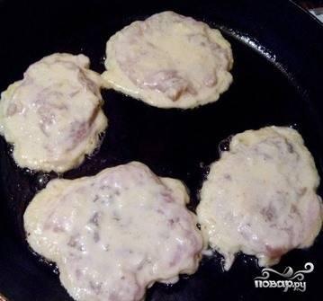 Обмакните каждый кусочек куриного филе в яйца и поджарьте на раскаленной сковородке с растительным маслом. Делать это необходимо с обеих сторон по пять минут. Подавайте блюдо с зеленью или кашами.