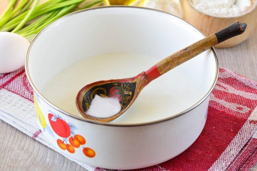 В кефир всыпьте соду и соль. Перемешайте.