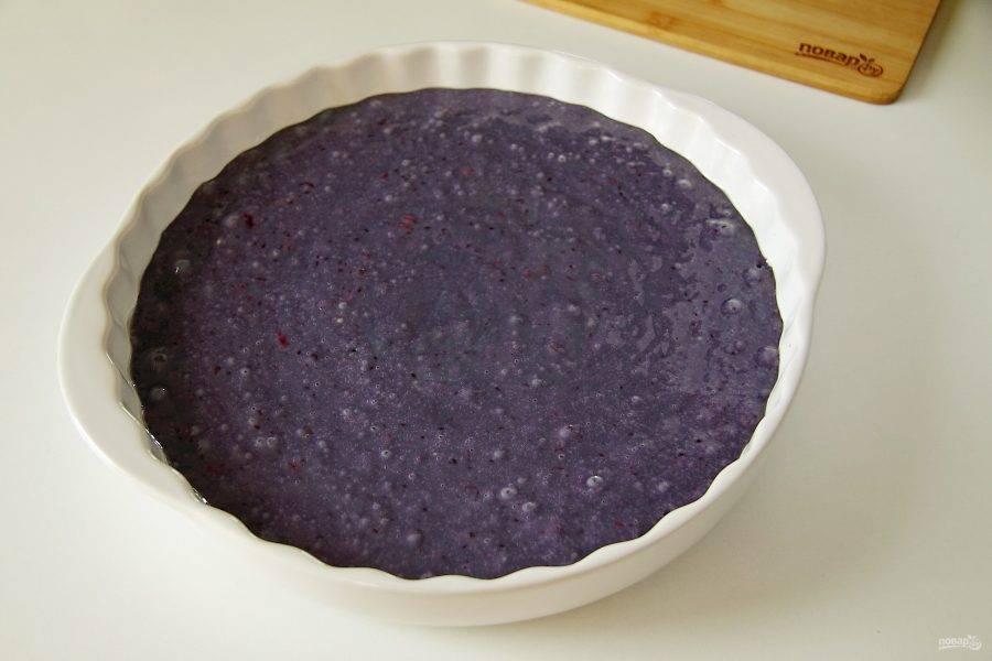 Перемешайте все еще раз и вылейте тесто в смазанную маслом форму для выпечки.