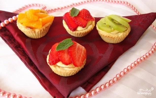 Дайте пирожным немного остыть, после чего украсьте их нарезанными фруктами и/или ягодами. Подавайте с чаем.