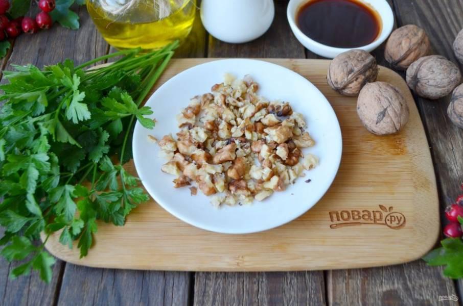 Очищенные орехи измельчите в ступке или просто порубите ножом.