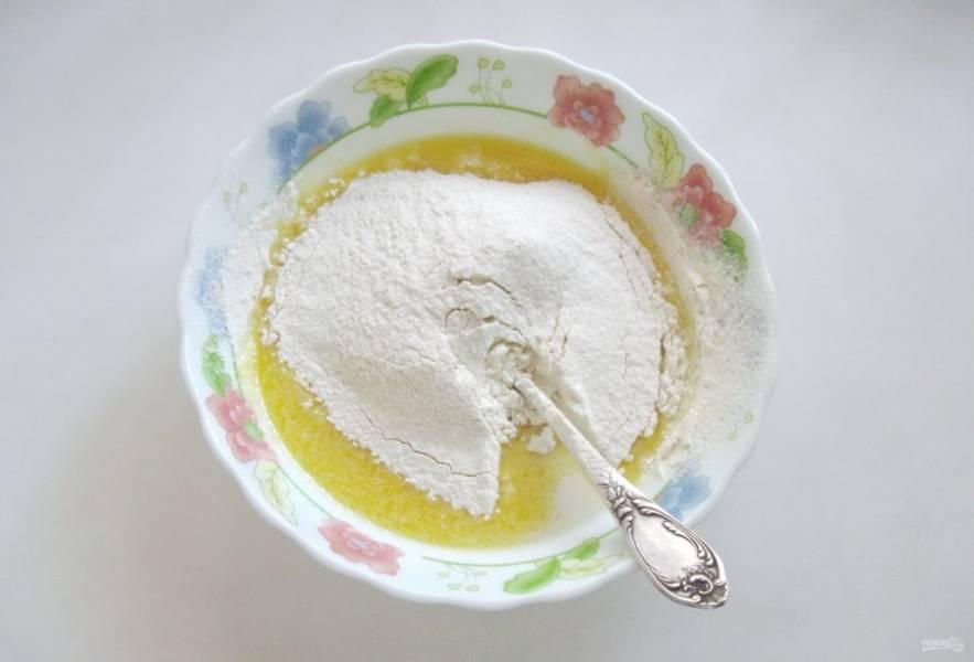Муку просейте и частями введите в тесто, каждый раз тщательно вымешивая.
