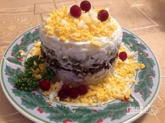Украшаем и подаем к столу. Салат можно делать каждому по отдельности, а можно на одном большом блюде.