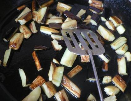 3.Готовое фри высыпьте в тарелку, а баклажанные брусочки отправьте на освободившееся место.  Прожарьте их до готовности (они должны стать прозрачными).