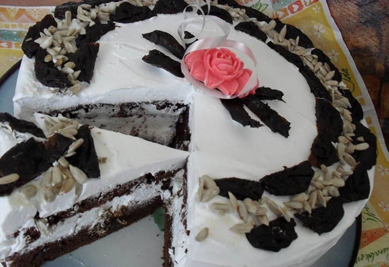 Соберите торт. Украсьте семечками и черносливом, как вам нравится. Приятного аппетита!