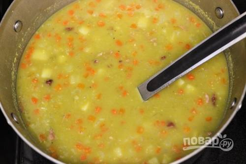 6.Картошку чищу и мою, затем нарезаю небольшими кусочками. Добавляю картофель в кастрюлю через 40 минут после начала варки гороха, а также кладу приготовленную поджарку. Готовлю около получаса, по вкусу солю и перчу.