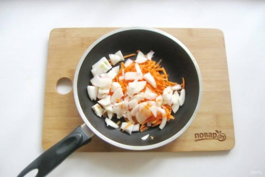 Лук очистите, помойте и мелко нарежьте. Добавьте к моркови.