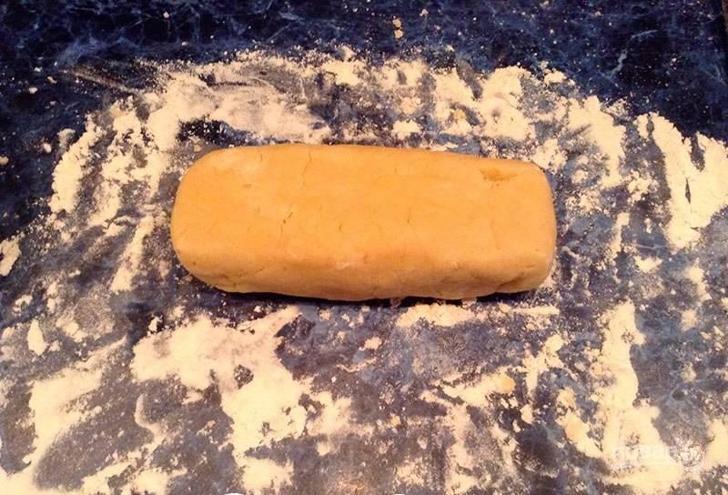 Из теста сформируйте цилиндр или толстую колбаску. Заверните её в пищевую плёнку и отправьте в холодильник на 30 минут.