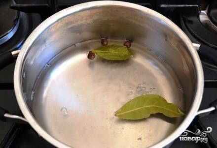 Возьмите небольшую кастрюльку, влейте в нее двести пятьдесят миллилитров чистой питьевой воды, добавьте уксус, сахарок, соль, душистый перчик и лавровый лист. Поставьте на огонь и дождитесь кипения. Уменьшите газ, кипятите рассол шесть-семь минут. Затем охладите его.