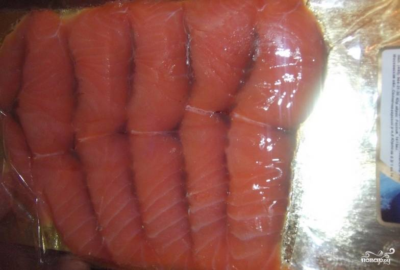 Красную рыбу нарезаем тонкими ломтиками.