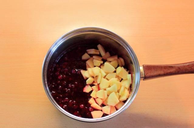 4. Добавим мелко нарезанные кусочки яблок.