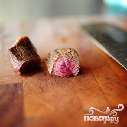 Порежьте поджаренное мясо, но не мелко.