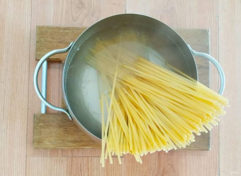 Когда вода закипит, подсолите и отварите пасту до готовности.