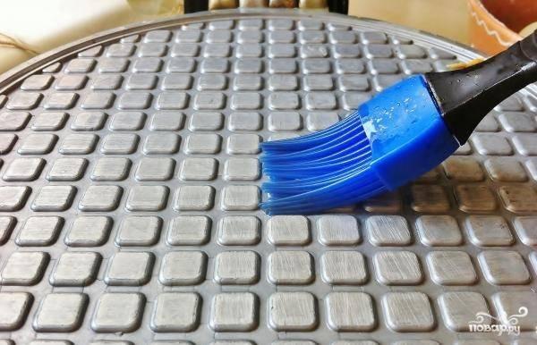 Включите вафельницу и дайте ей время разогреться. Затем смажьте поверхность прибора с двух сторон маслом при помощи специальной силиконовой кисточки.