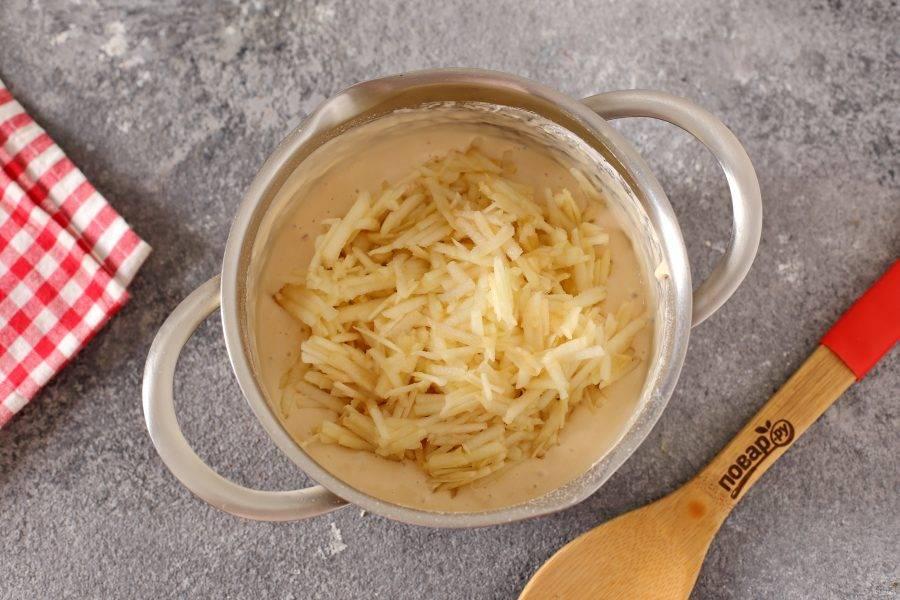 Перемешайте тесто до однородного состояния. Добавьте тертое на крупной терке яблоко (я шкурку снимала, но можно оставить).