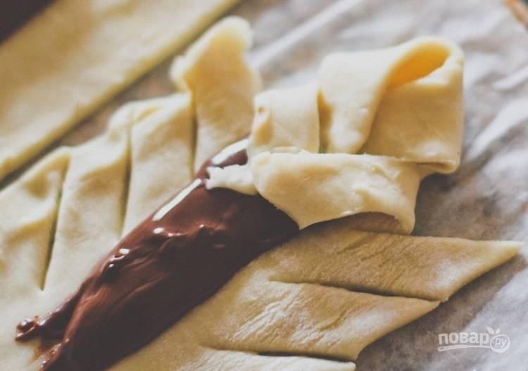 4.Внахлест уложите получившиеся края на шоколадную пасту, не слишком прижимайте.