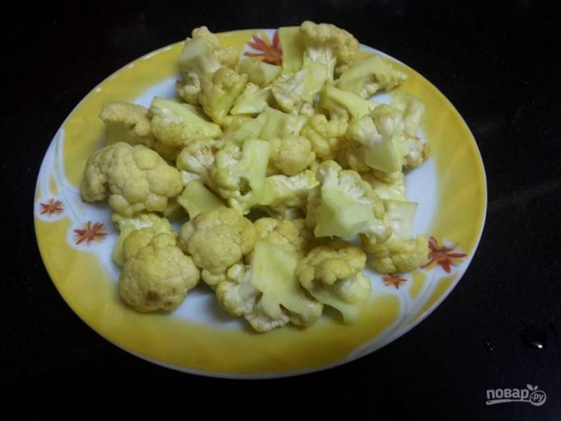 1. Окуните цветную капусту в кипяток на 10 минут.