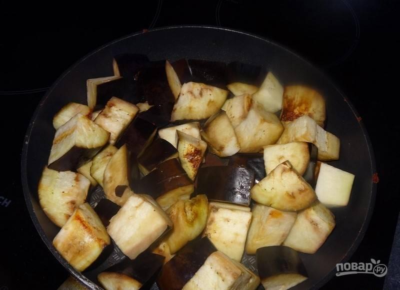 В течение 5 минут обжаривайте баклажаны на сковороде без масла.