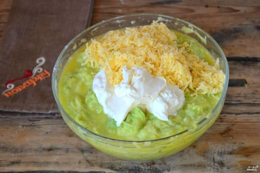 Введите сметану и погашенную соду, добавьте перец по вкусу. Твердый сыр натрите на мелкой терке и также добавьте в кабачковое тесто.