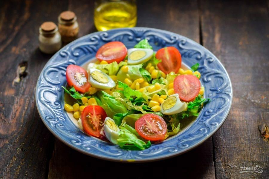 Вареные перепелиные яйца разрежьте пополам и добавьте в салат.