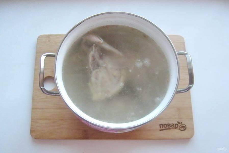 Кастрюлю накройте крышкой, доведите воду с курицей до кипения. Снимите пену и уменьшите огонь до минимума.
