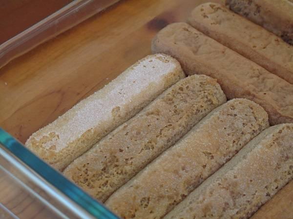 2. Вот так закройте дно формы палочками. Также можно использовать обыкновенный бисквит, который нужно разломать на небольшие кусочки.