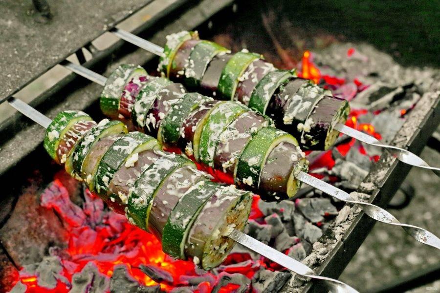 Нанизайте овощи на шампуры, чередуя друг с другом. Обжаривайте до желаемой степени готовности, периодически переворачивая.