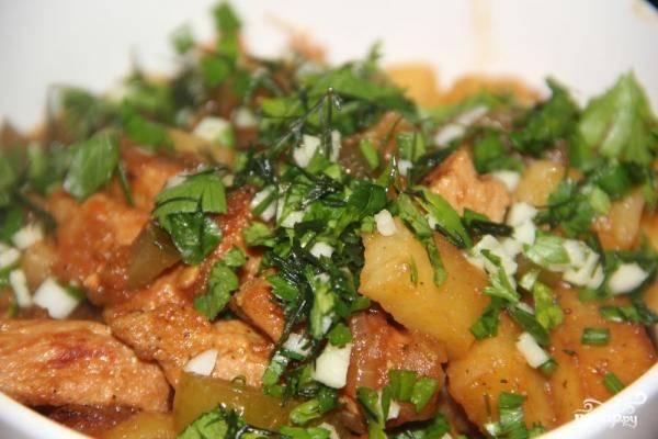 7. Лучше всего азу по-татарски со свининой готовить в жаровне или использовать вок, но я готовила в глубокой сковороде. Перед подачей посыпьте зеленью.