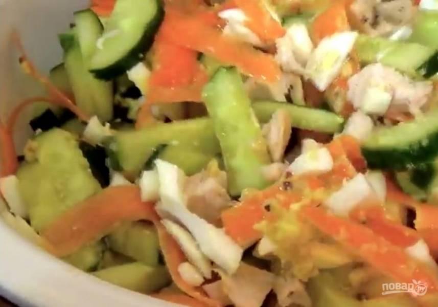 2. Мелко нарежьте зеленый лук и с помощью овощерезки нарежьте сырую морковь тонкими пластинками. Приготовьте заправку: желток смешайте с горчицей, солью и добавьте оливковое масло.
