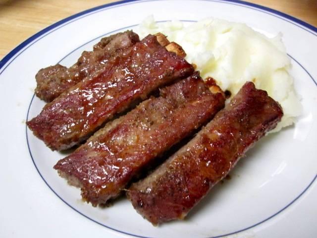 6. Подавать готовые ребра лучше всего горячими с любимым гарниром или свежими овощами. Также они прекрасно хранятся в холодильнике и остаются вкусными даже холодными.
