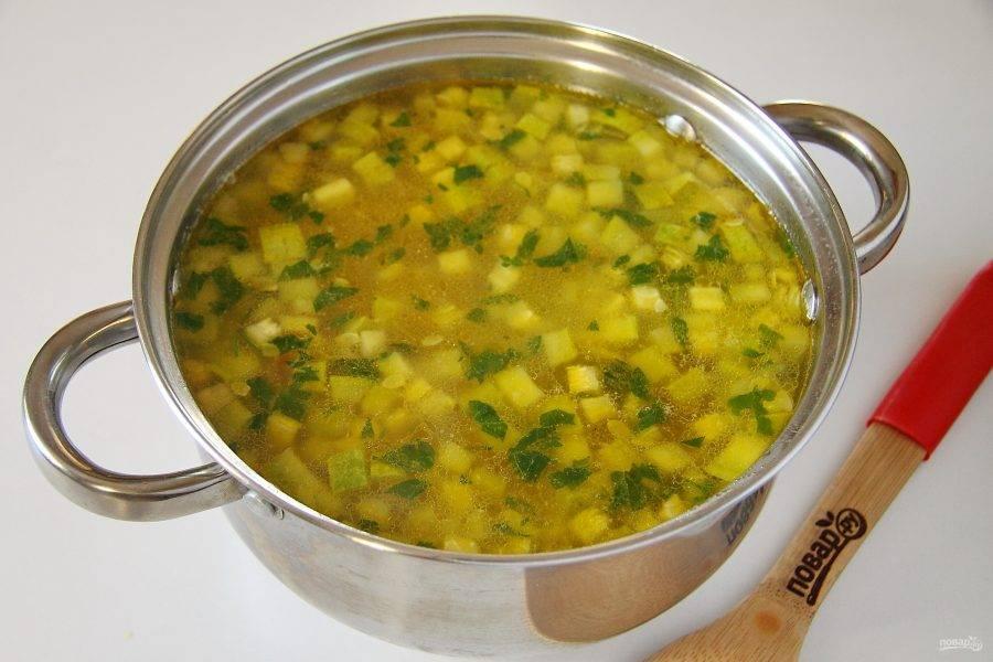 В самом конце добавьте зелень, снимите кастрюлю с плиты и дайте настояться супу 10-15 минут. Суп с фасолью и кабачками готов.