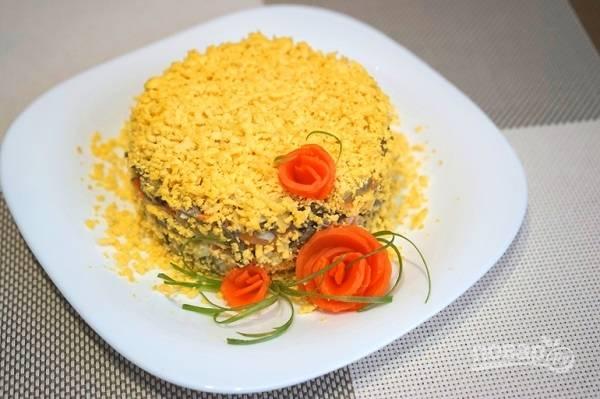 8. Разомните желтки и украсьте салатик сверху. Дополнительно можно использовать морковь. Приятного аппетита!