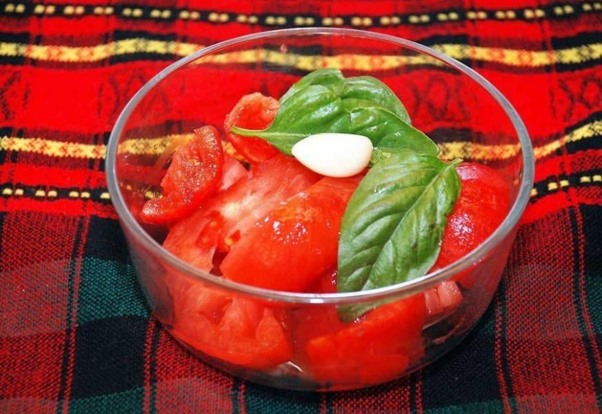 2. В блендере измельчаем томаты и базилик до состояния пюре. Базилик нужно брать зеленый.