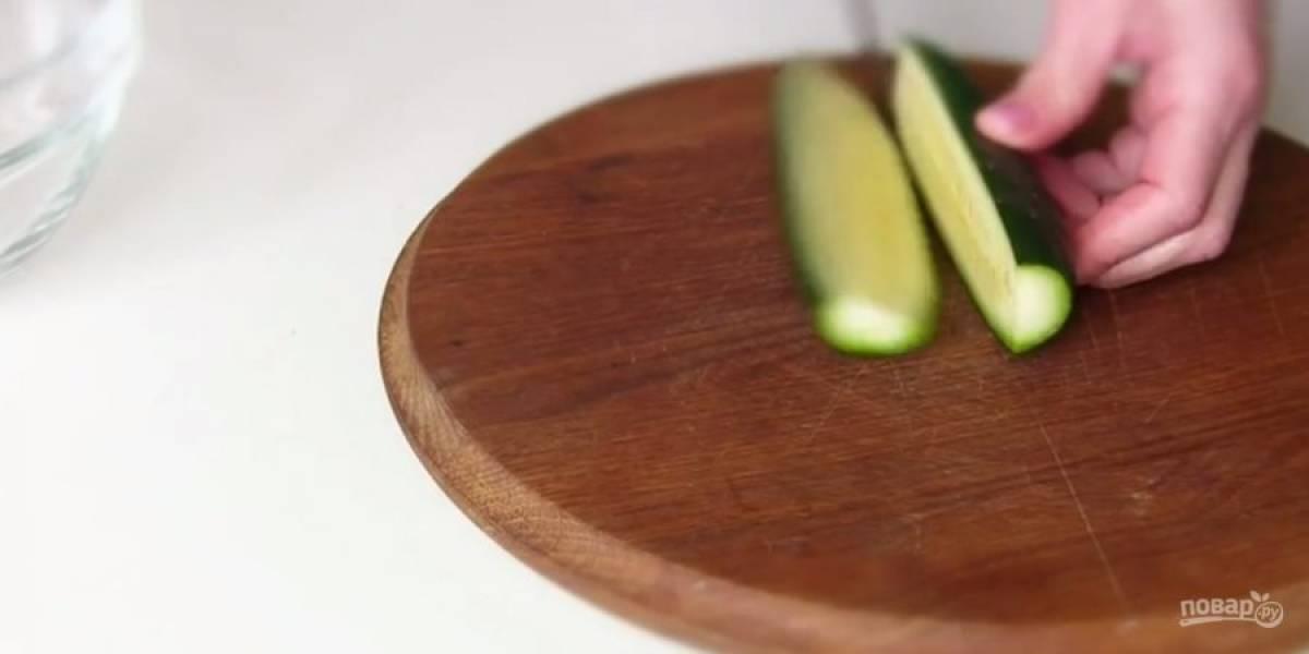1. Свежий огурец нарежьте крупными кубиками. Укроп мелко порубите. Добавьте зеленый горошек.
