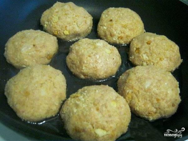 """Из мясной массы формируем котлетки, """"купаем"""" их в любой панировке (сухарики или манка). Обжариваем на сковороде котлеты с двух сторон до состояния полной готовности."""