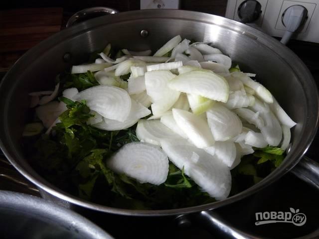 5.Репчатый лук очищаю и нарезаю полукольцами, кладу к остальным овощам, добавляю душистый перец.