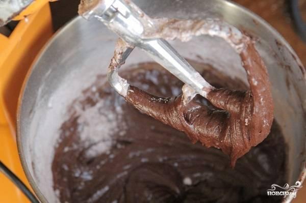 6. Соедините все ингредиенты вместе, влейте молоко и взбейте до однородности. Готовое тесто выложите ровным слоем на груши. Разровняйте поверхность лопаткой.