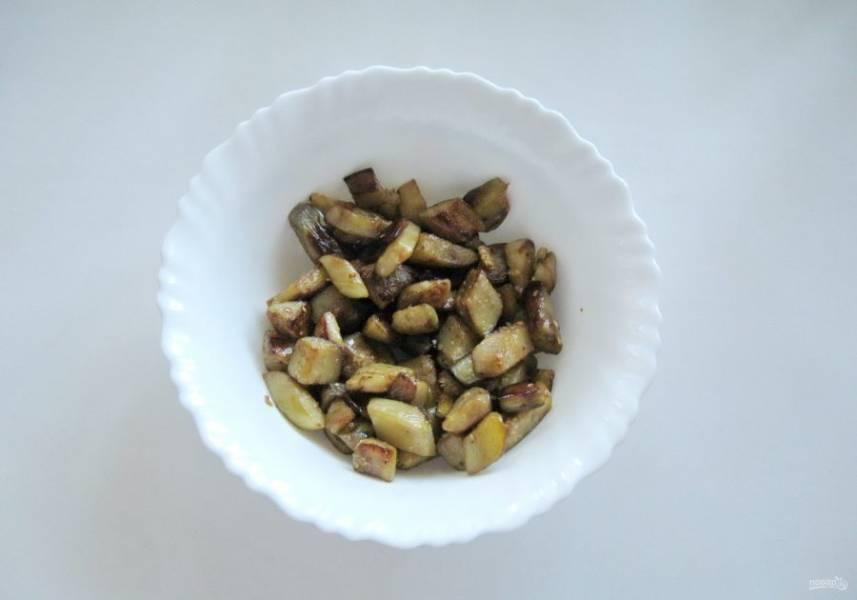 Выложите жареные баклажаны в салатник.
