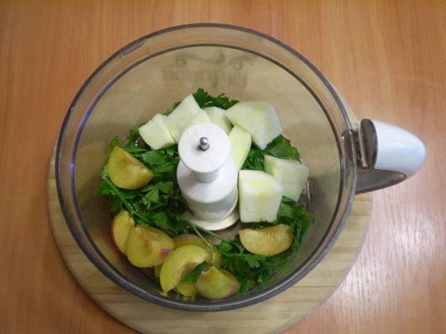 Сложить все ингредиенты в чашу блендера и залить водой.