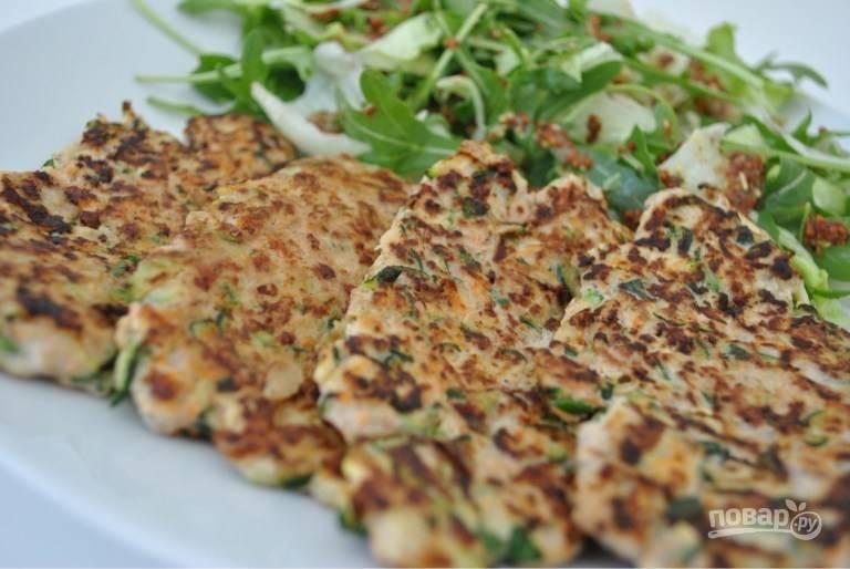 5. Подавайте котлеты с индейкой и овощами к столу с зеленью или гарниром по вкусу.  Приятного аппетита!