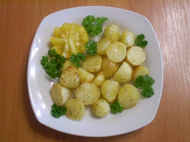 Разложите порционно и подайте с зеленью и овощами. Приятного!