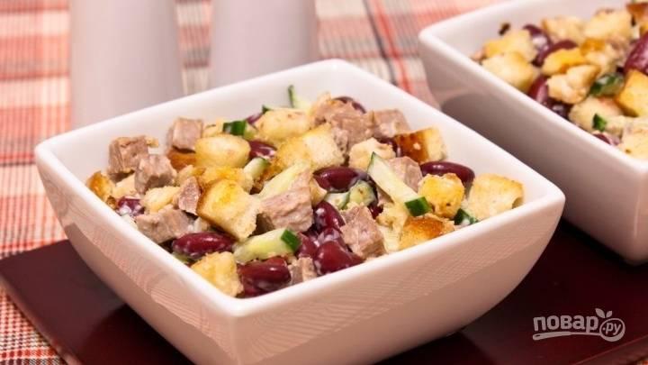 Салат из фасоли с кириешками