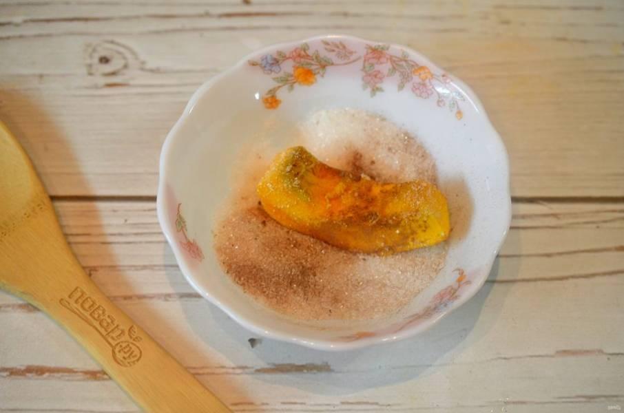 3. Обваляйте каждый ломтик тыквы в сахарной смеси.