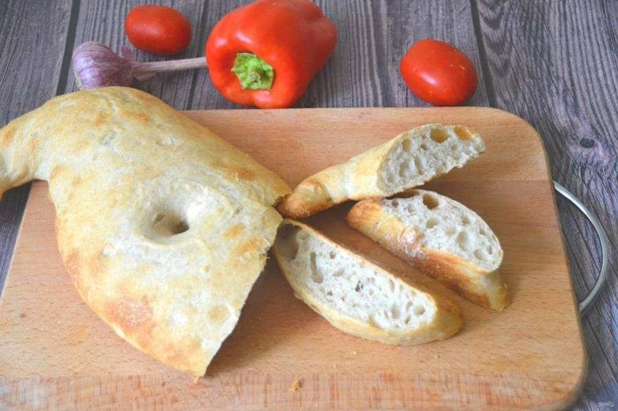 Хлеб очень вкусный, с хрустящей корочкой, ноздреватый, с крупными дырочками внутри.