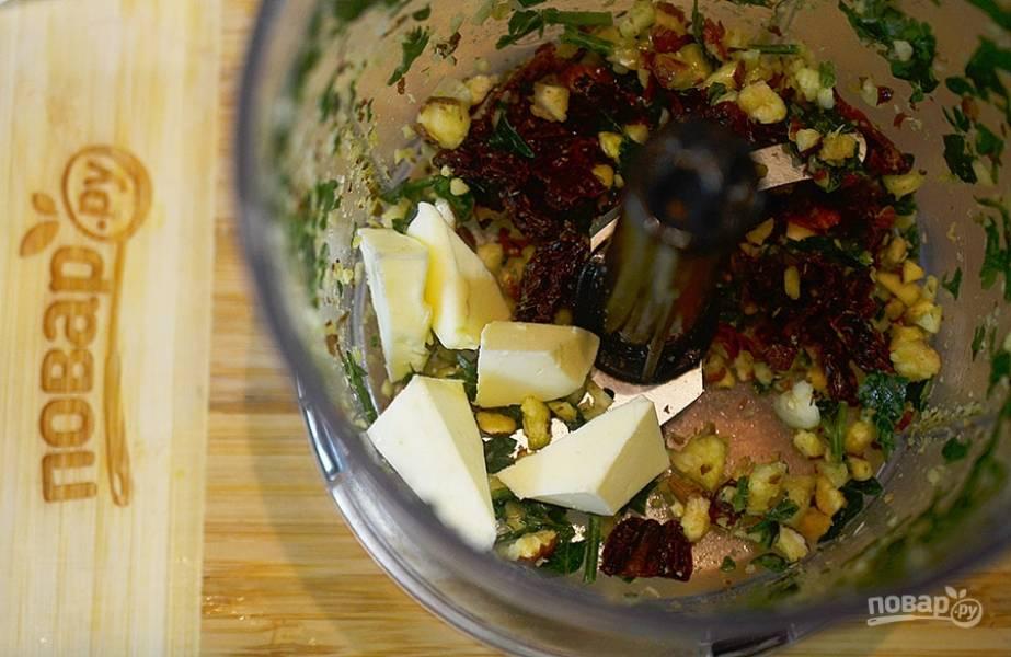 5. Добавьте масла: оливковое и сливочное комнатной температуры. Не забудьте посолить и измельчите блендером еще раз.
