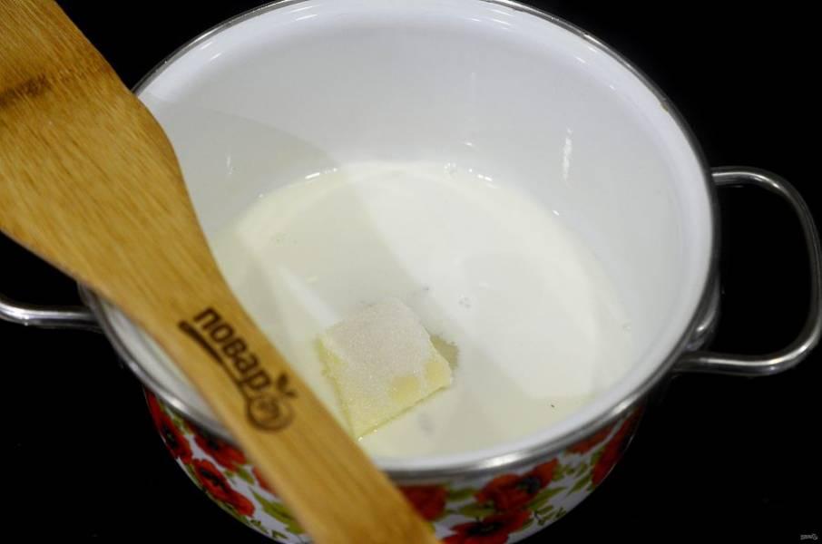 2. Молоко, сливки, ванильный сахар и половину  сахара и масло доведите до кипения на плите. Снимите с огня.