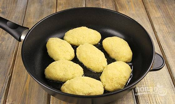 """5. Выложите """"Колдуны"""" на сковороду с разогретым маслом и обжарьте на сильном огне до образования румяной корочки с двух сторон."""