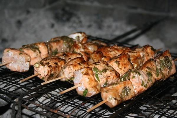 5. Запекать рыбку не очень долго и желательно почаще переворачивать. Рыба не должна высохнуть, а остаться внутри слегка розовой. Вот и весь секрет! Очень вкусно и оригинально, обязательно попробуйте повторить это блюдо дома.